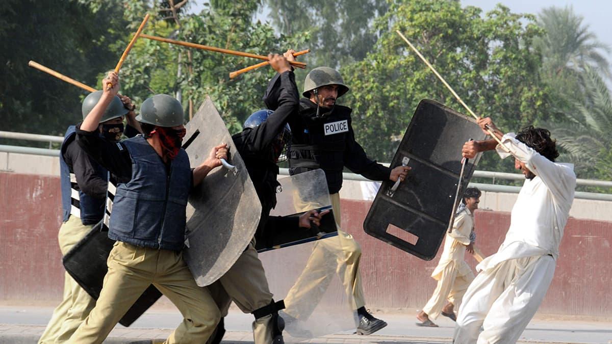 Muhammed-videota vastustanut mielenosoittaja ja mellakkapoliisit ottavat yhteen.
