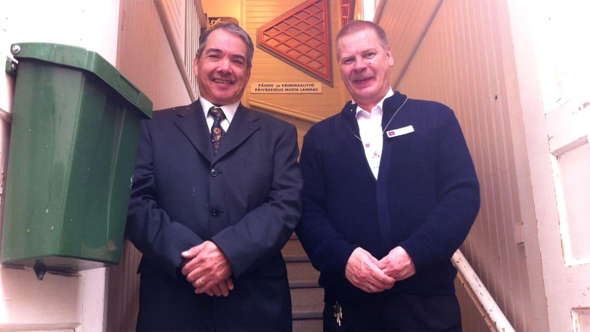 Kaksi miestä seisoo päiväkeskuksen ovensuussa