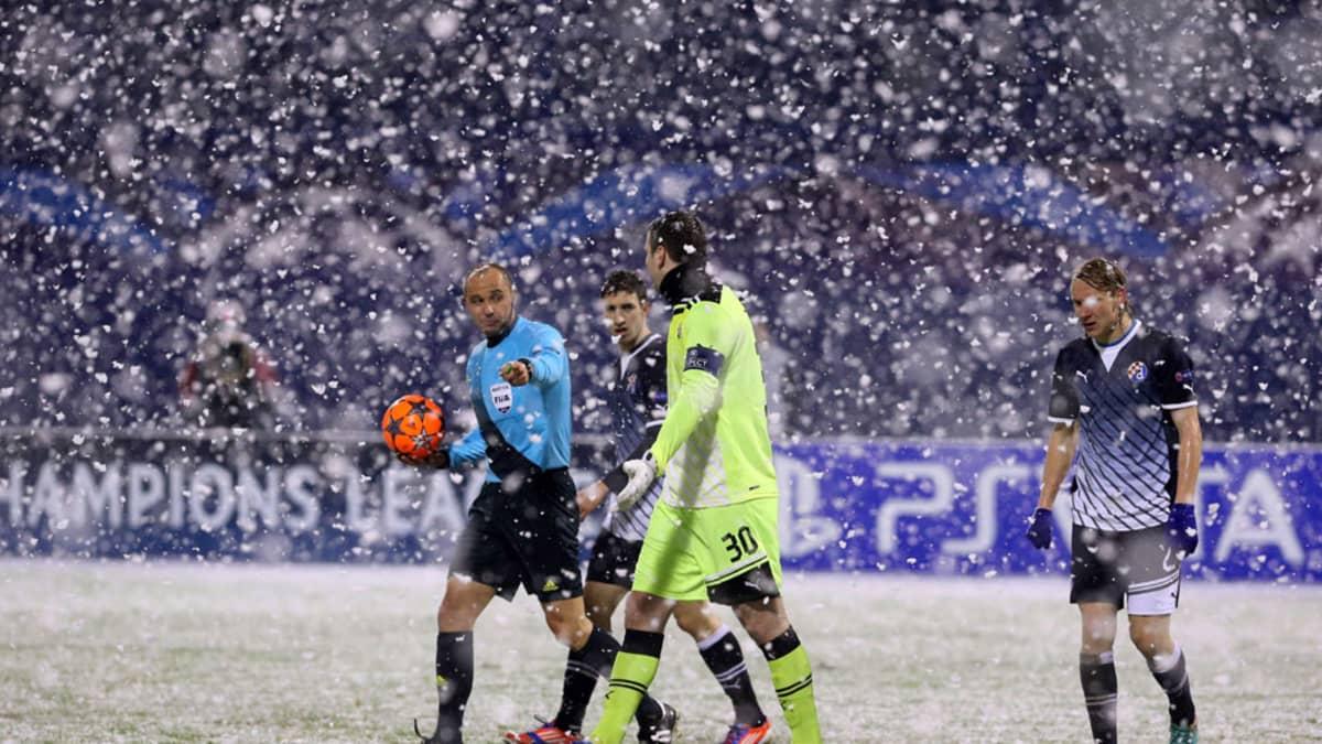 Erotuomari keskeytti Dinamo Zagrebin ja Dynamo Kiovan välisen ottelun noin vartiksi lumisateen takia.