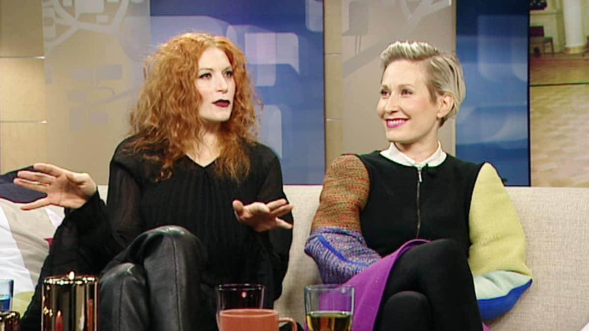 Aamu-tv:n sohvalla pukuloistoa arvioivat Ellen muotitoimittaja Salli Raeste ja stylisti, muodin asiantuntija Minttu Vesala.
