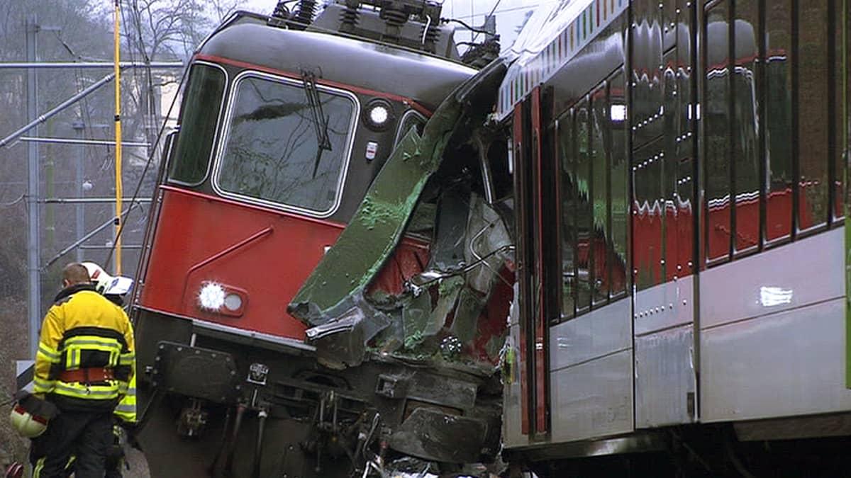 Toisiinsa törmänneet junat Neuhausen am Rheinfallin kaupungin asemalla 10. tammikuuta.
