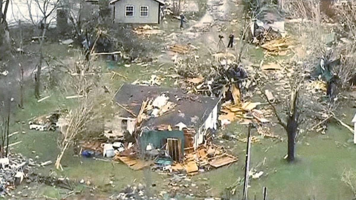 Tornadon aiheuttamia tuhoja.