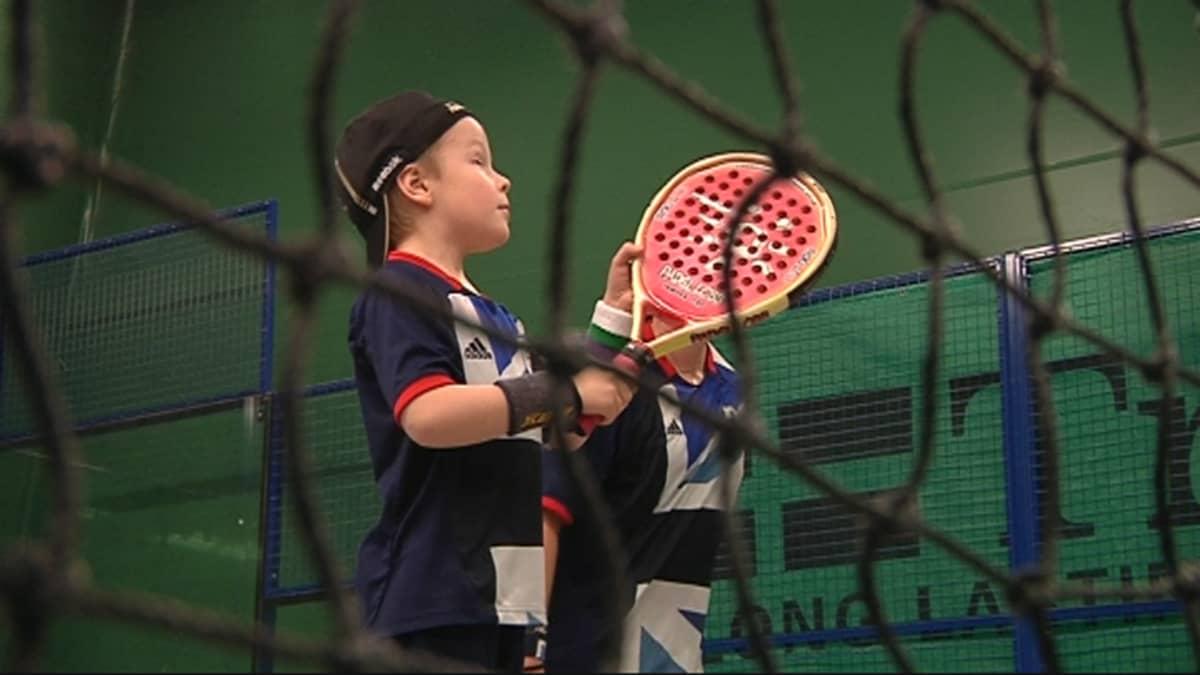 """Kuusivuotias Lucas Airaksinen on pelannut padelia vuoden. """"Kun siinähän oppii, niin se ei oo enää vaikeeta."""""""