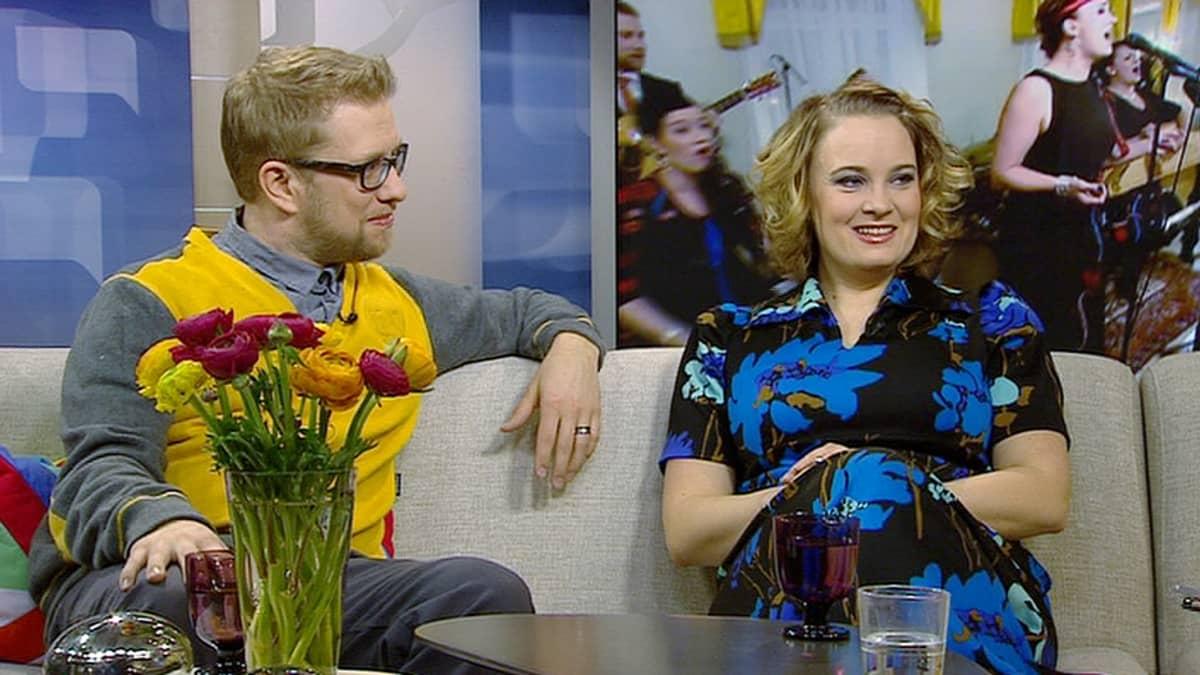 Saaga Ensemble -yhtyeen kitaristi Roope Aarnio ja laulaja Soila Sariola.