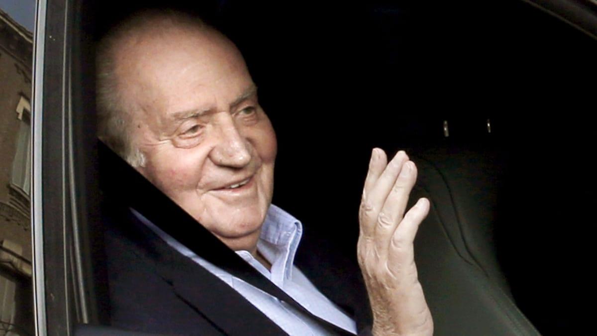Juan Carlos vilkuttaa valokuvaajille saapuessaan La Milagrosan sairaalaan.