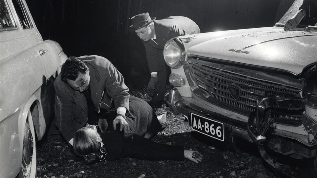 Lehtikuvaaja Pertti Jenytinin mustavalkoinen valokuva, jossa onnettomuustilanne.