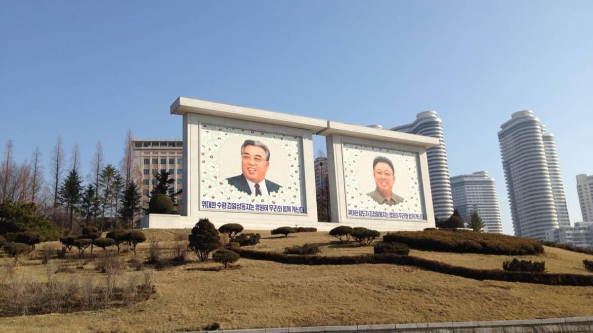 Pohjois-Korean johtajien suurikokoinen taulu.