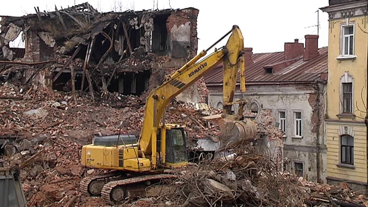 Vanhaa rakennusta puretaan Viipurissa.