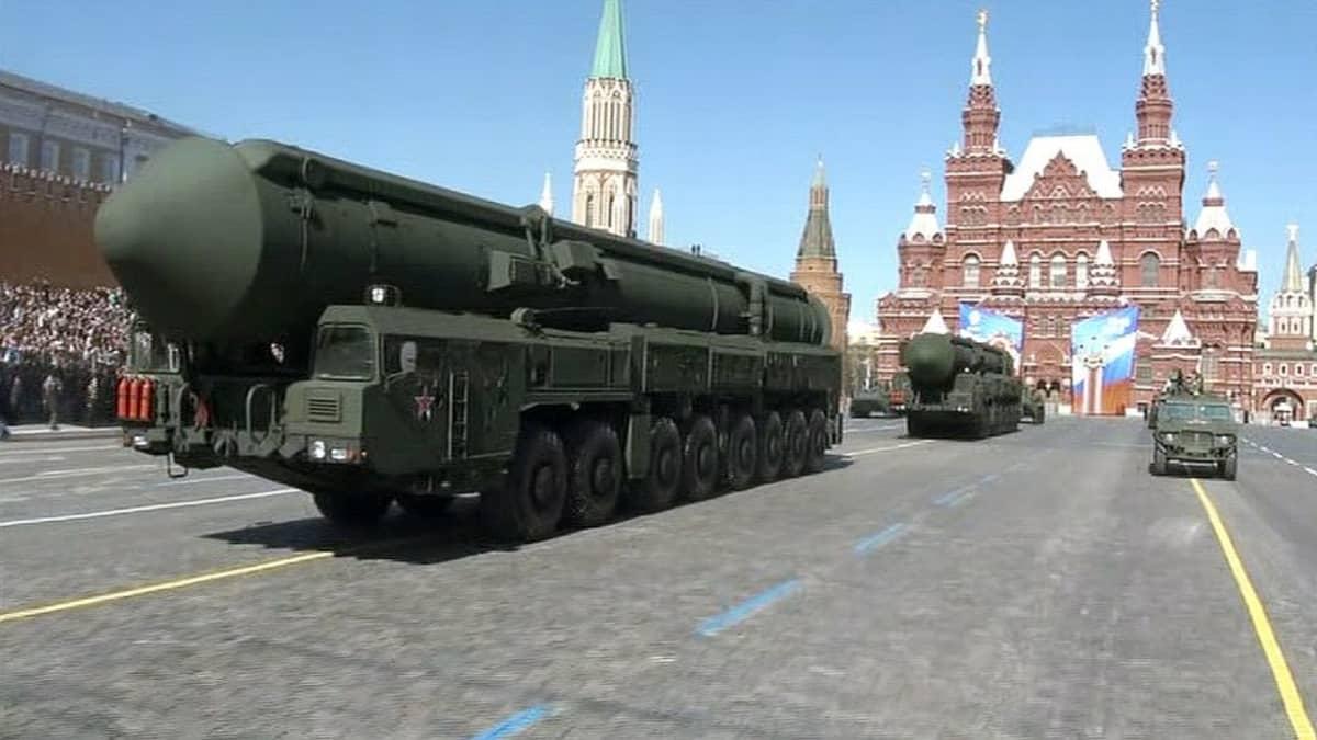 Ohjuslavetteja Voitonpäivän paraatissa Moskovassa.