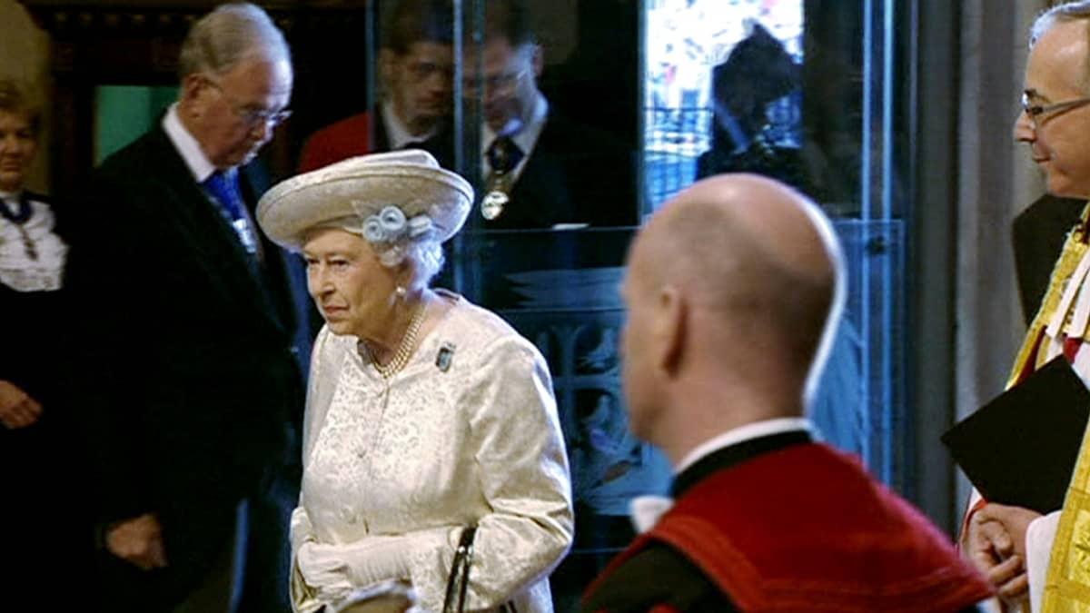 Kuningatar Elisabet II saapumassa kruunajaistensa 60-vuotisjuhlajumalanpalvelukseen Westminster Abbeyn katedraaliin.