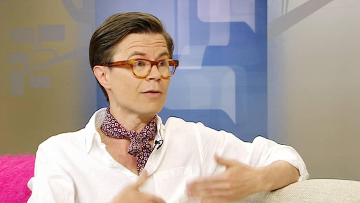 Millaiset kesätrendit kannattaa nyt ottaa onkeensa ja kuinka lyhyitä helmoja tai lahkeita on syytä työpukeutumisessa välttää? Vieraana toimittaja Sami Sykkö.