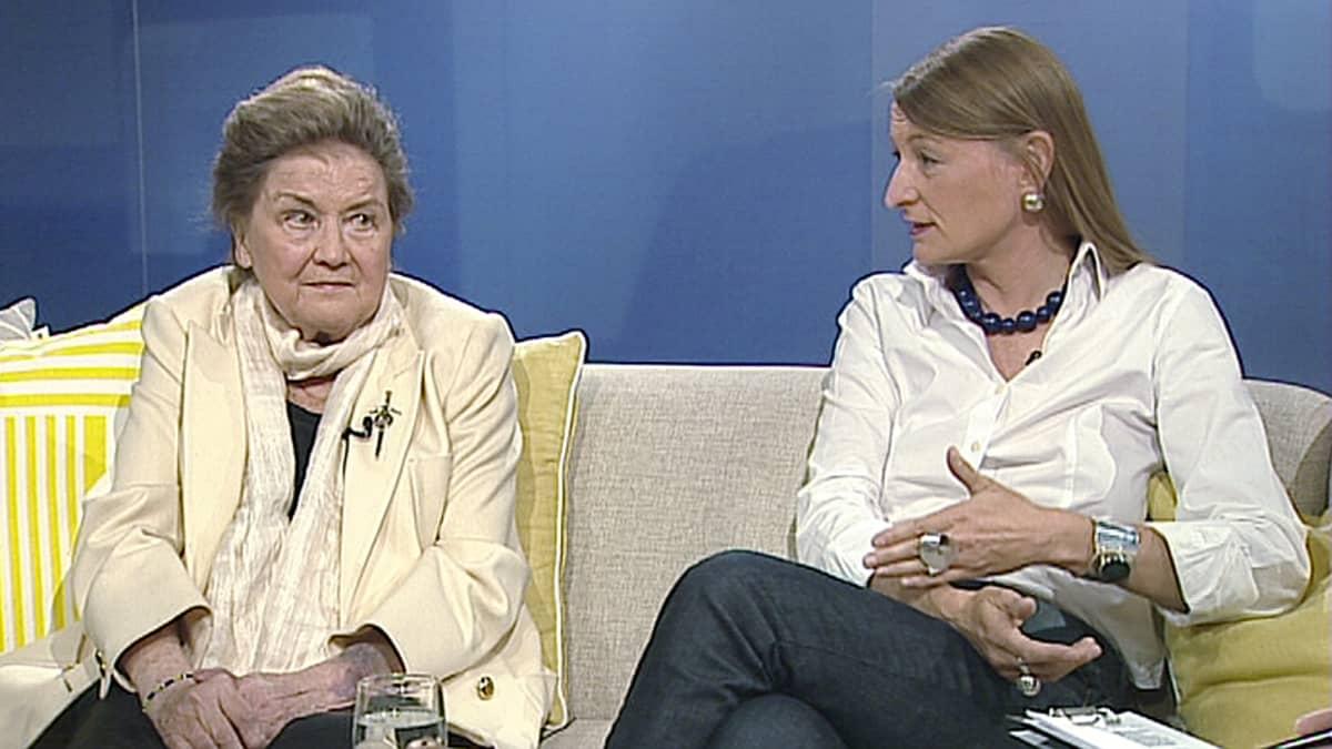Kuvanveistäjä Laila Pullinen ja dokumentaristi Pia Andell.