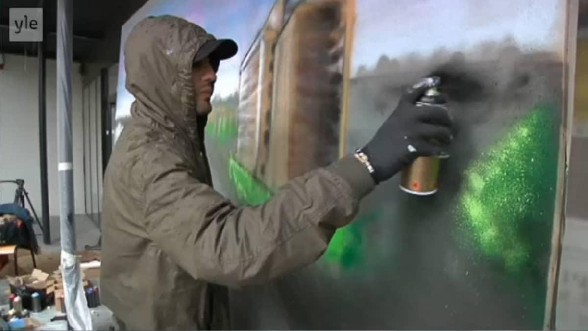 Philippe on 25-vuotias työtön autokuski, jonka intohimo on graffitien tekeminen. Ajankohtaiselle kakkoselle Philippe teki kuvan kotilähiöstään Clichy-sous-Bois´ta. Neljässä tunnissa, Clichyn nuorisokeskuksen terassilla. Philippen graffiti on kesällä 2013 esillä myös kaupungin järjestämässä taidenäyttelyssä.