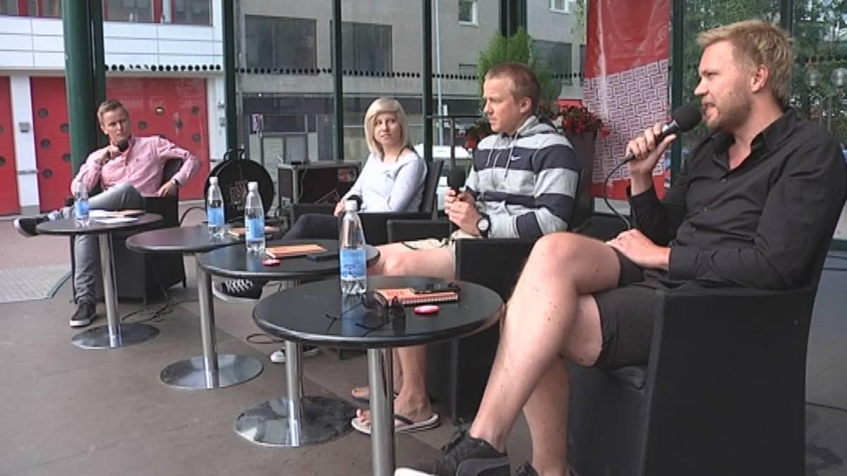 juontaja Niku Hooli, some-julkkis Sonja Hämäläinen, urheilutoimittaja Esko Seppänen ja Ylen sosiaalisen median tuottaja Antti Hirvonen SuomiAreenan keskustelussa.