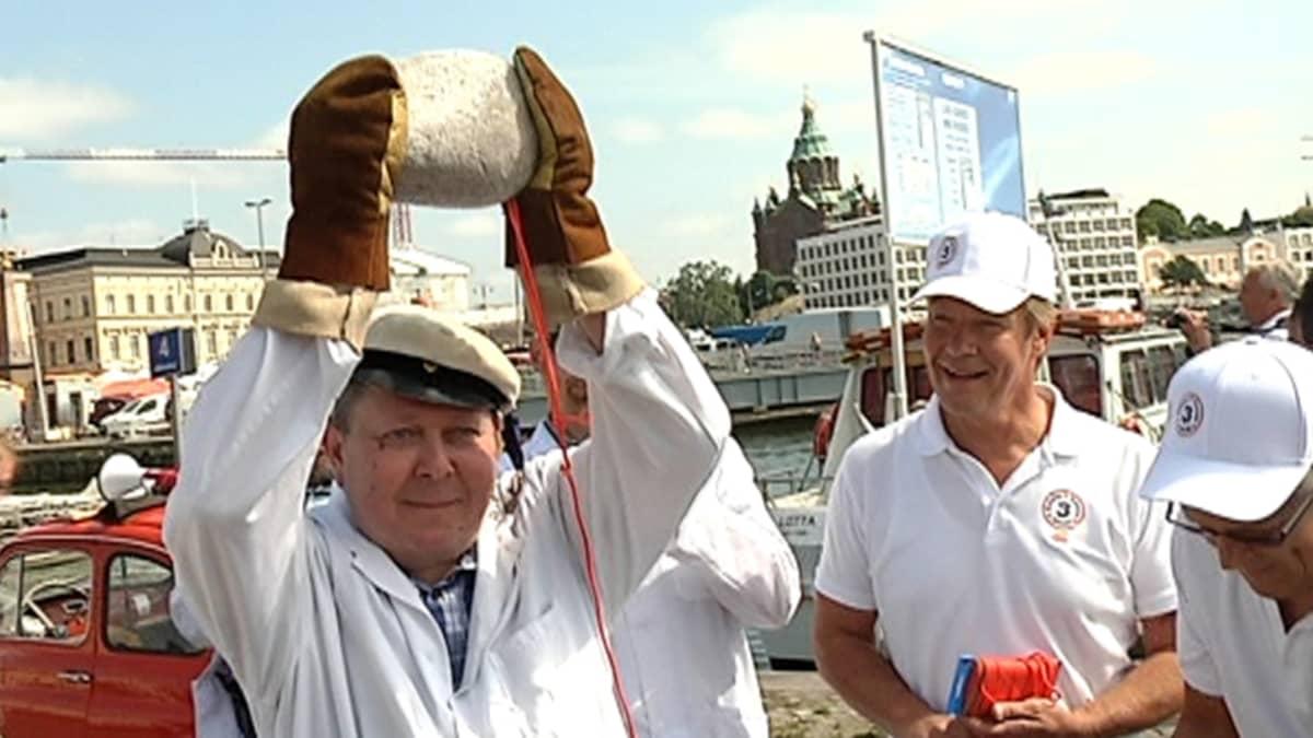 Suomen Epätieteellisen Seuran toiminnanjohtaja Jaakko Koskisen kädet eivät jääkylmän kiven ympärillä tärisseet, vaan kivi löysi tiensä turvallisesti Kauppatorin Kolera-altaan pohjaan.