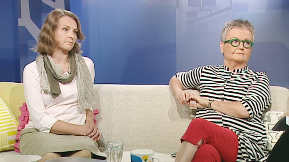 Aamu-tv:ssä keskustelivat Turun yliopiston koe-eläinkeskuksen johtaja Ulla-Marjut Jaakkola (oik.) ja Marianna Norring vaihtoehtoja eläinkokeille edistävästä Juliana von Wendtin säätiöstä.
