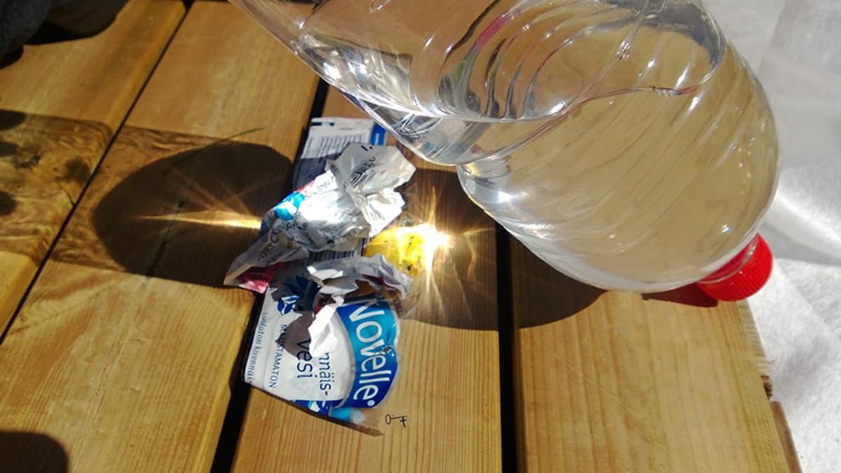 Juomapullo lautojen päällä