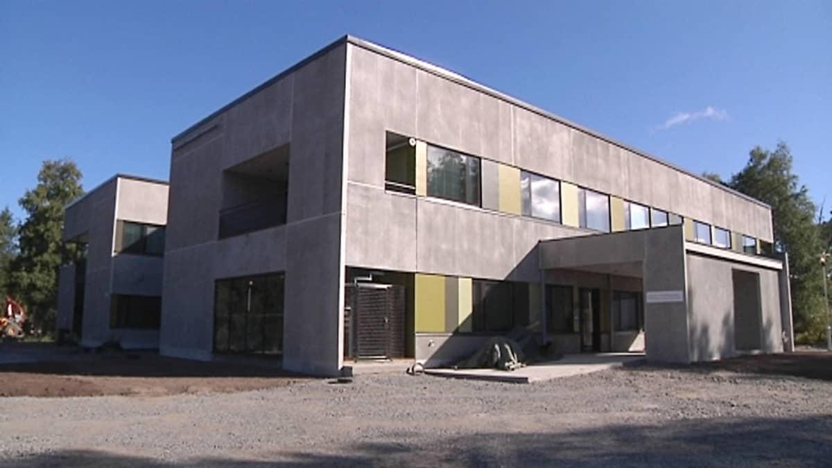 Kuvassa valmistumassa oleva suorakaiteen muotoinen rakennus