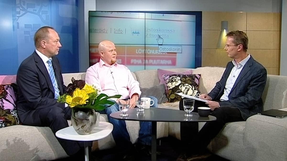 Kaupan liiton toimitusjohtaja Juhani Pekkala ja Hong Kong -tavaratalokonsernin verkkokauppajohtaja Miikka Malinen.