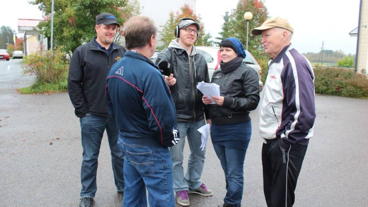 Kansalaisparlamentti juttelee toimittajien kanssa Kinnulan kaduilla.