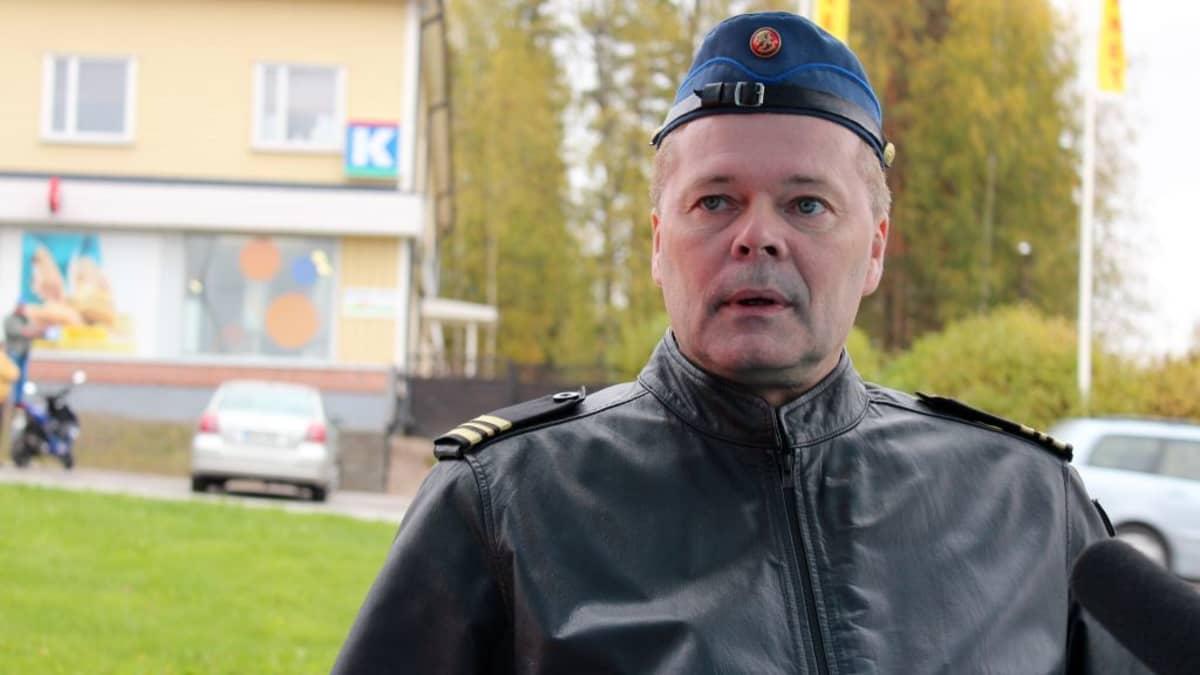 Kapteeni Ari Ikkala radiohaastattelussa Hallissa.