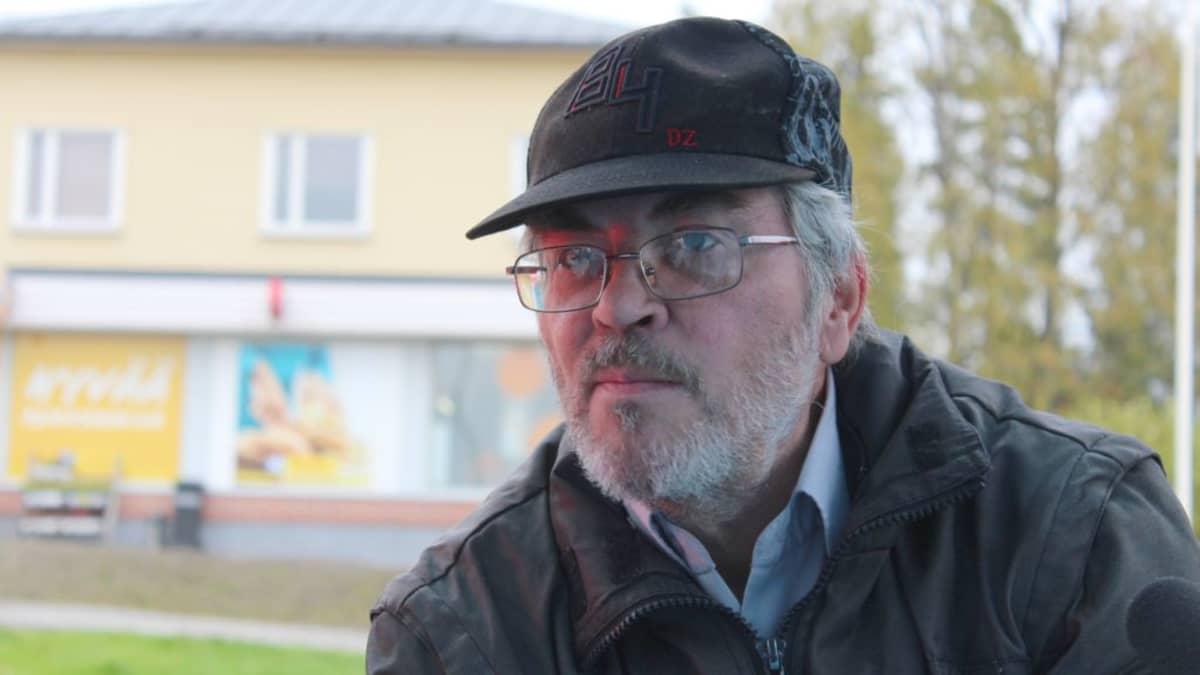 Helsingistä Halliin muuttanut Aarre Nevanperä Radio Keski-Suomen haastattelussa Hallissa.