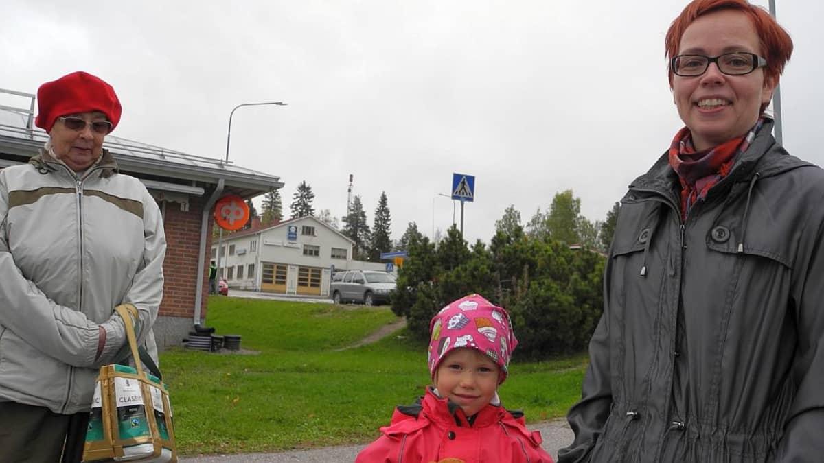 Elsa Vanhala, 5, ja äiti Minna Välipirtti Jämsän Hallissa.
