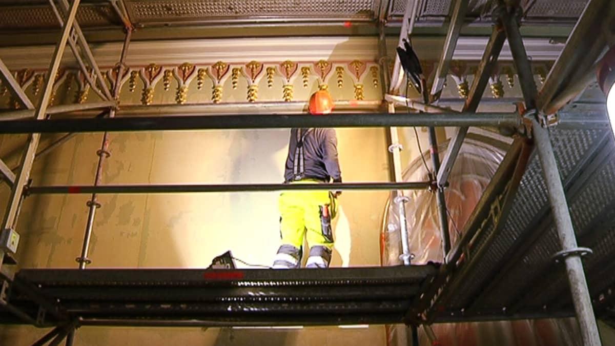 Goottilaista salia restauroidaan.