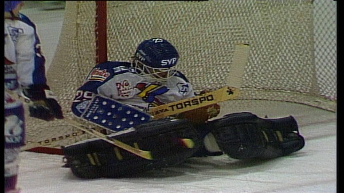 Ari-Pekka Siekkinen torjuu JyP HT:n maalilla.