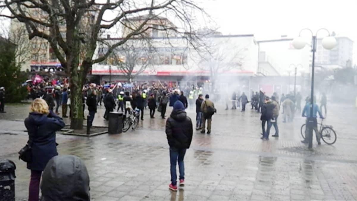 Äärioikeistolaiset keskeyttivät rasismin vastaisen mielenosoituksen Tukholmassa.