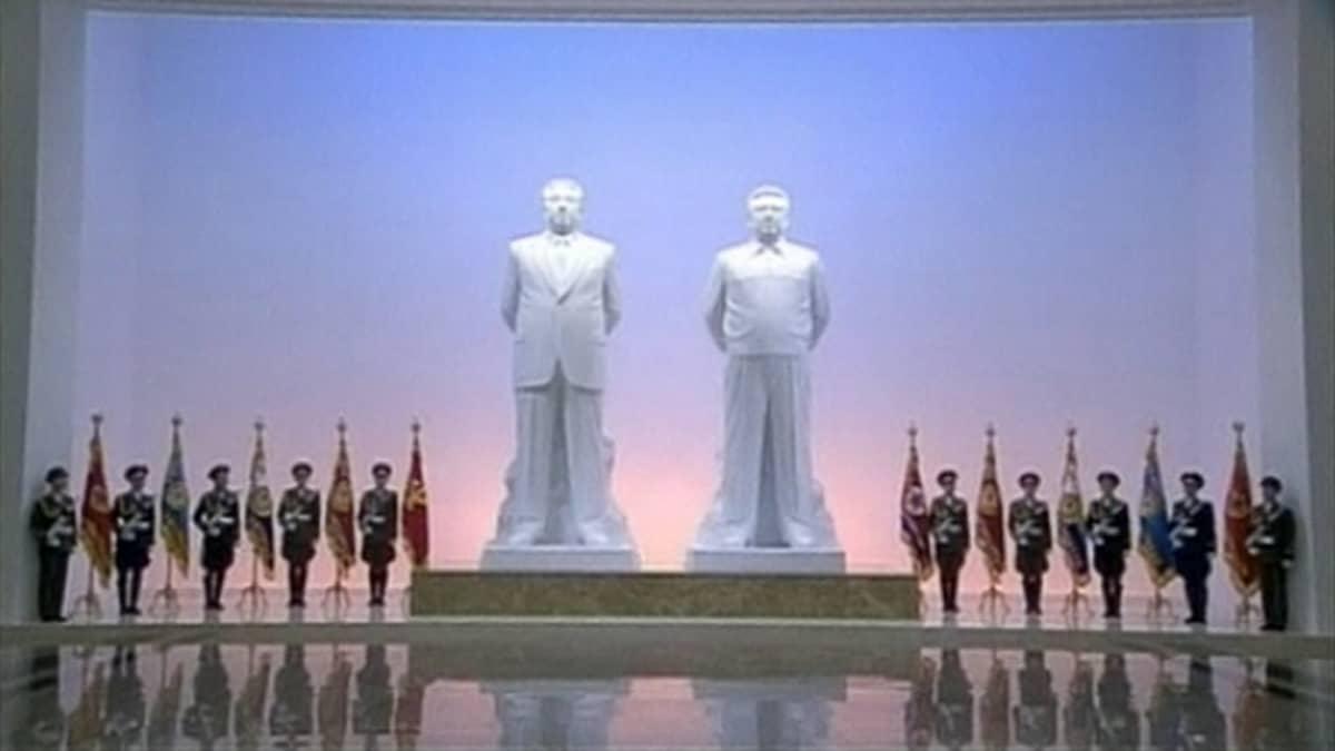 Kim Il-Sungin ja Kim Jong-ilin patsaat johtajien mausoleumissa.