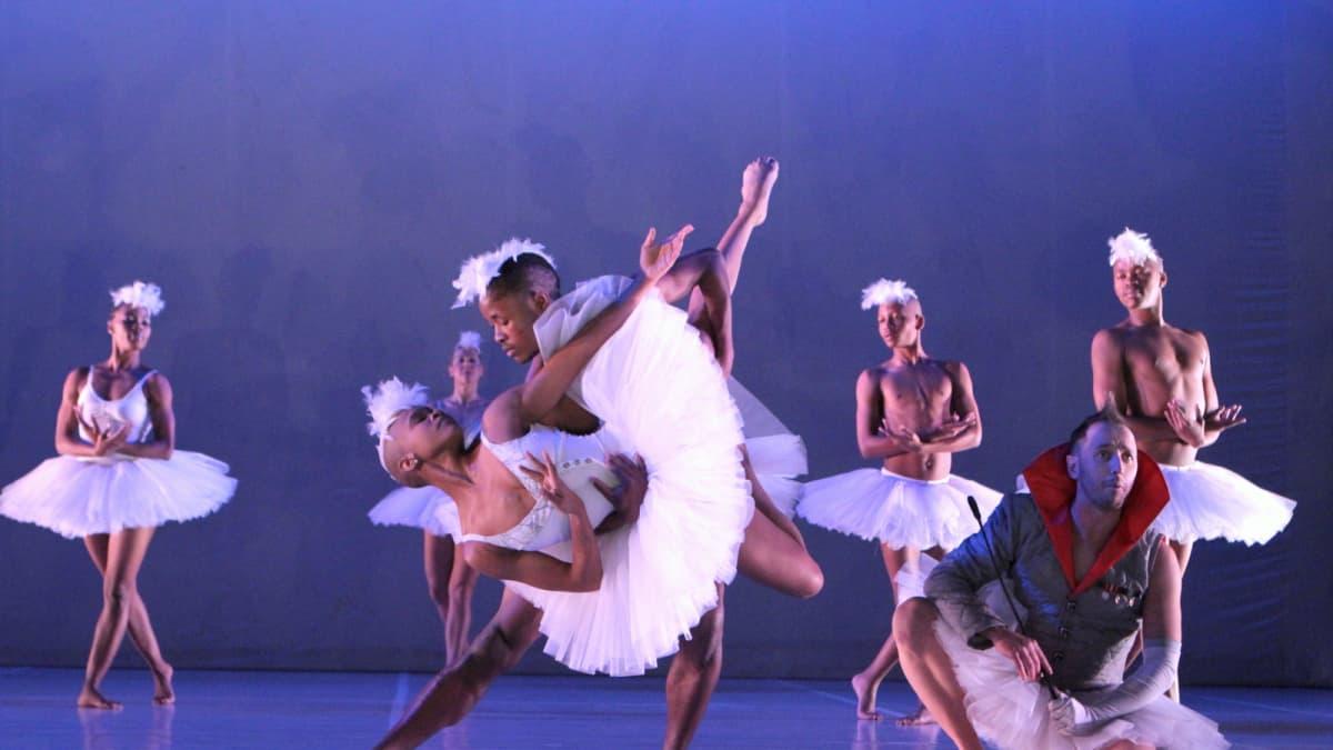 Dada Masilon tulkinta Joutsenlammesta yhdistelee baletin muotokieltä afrikkalaiseen tanssiin ja sen rytmiin.