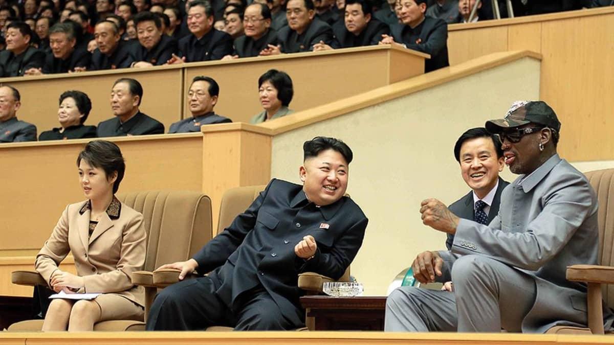 Koripalloilija Dennis Rodman, Pohjois-Korean johtaja Kim Jong-un (2. vas.) ja hänen vaimonsa Ri Sol-ju Pohjois-Korean ja entisten NBA-ammattilaisten välisen koripallo-ottelun aikana Pjongjangissa keskiviikkona 8. tammikuuta.