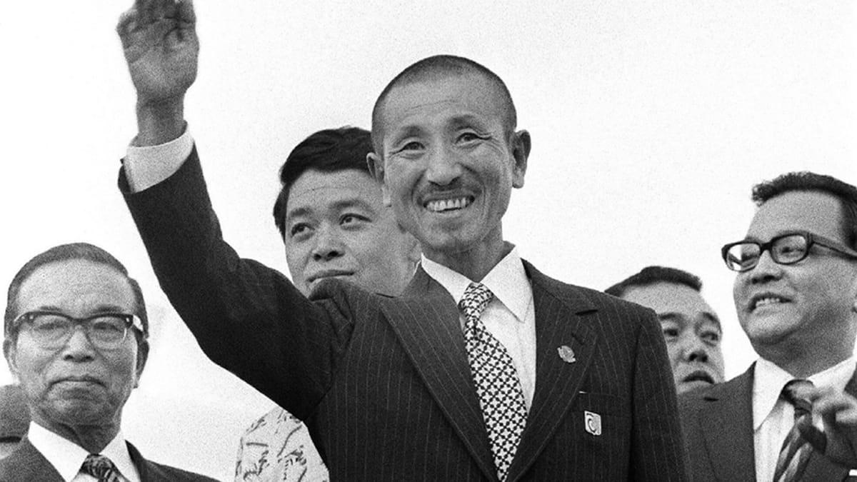 30 vuotta toisen maailmansodan jälkeen antautunut japanilaissotilas Hiroo Onoda saapumassa Japaniin maaliskuussa 1974.