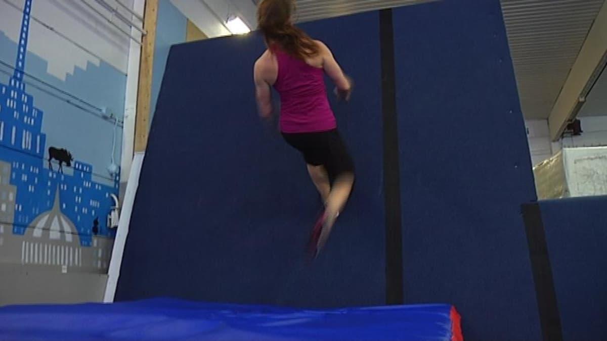 Anni juoksee vasten seinää ylöspäin
