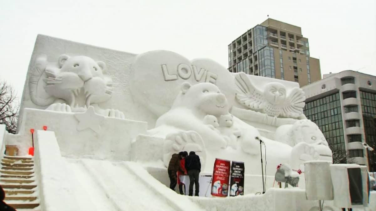 Lumiveistos Sapporon lumifestivaaleilla.