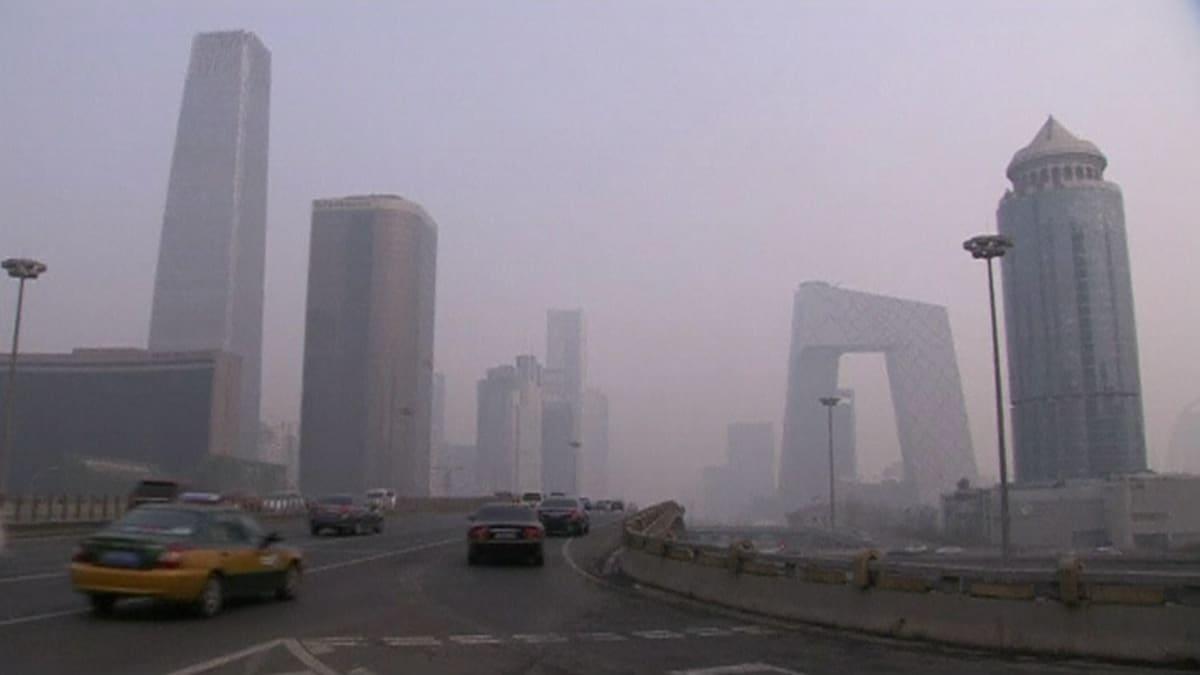 Pekingiläistä moottoritietä savusumussa.