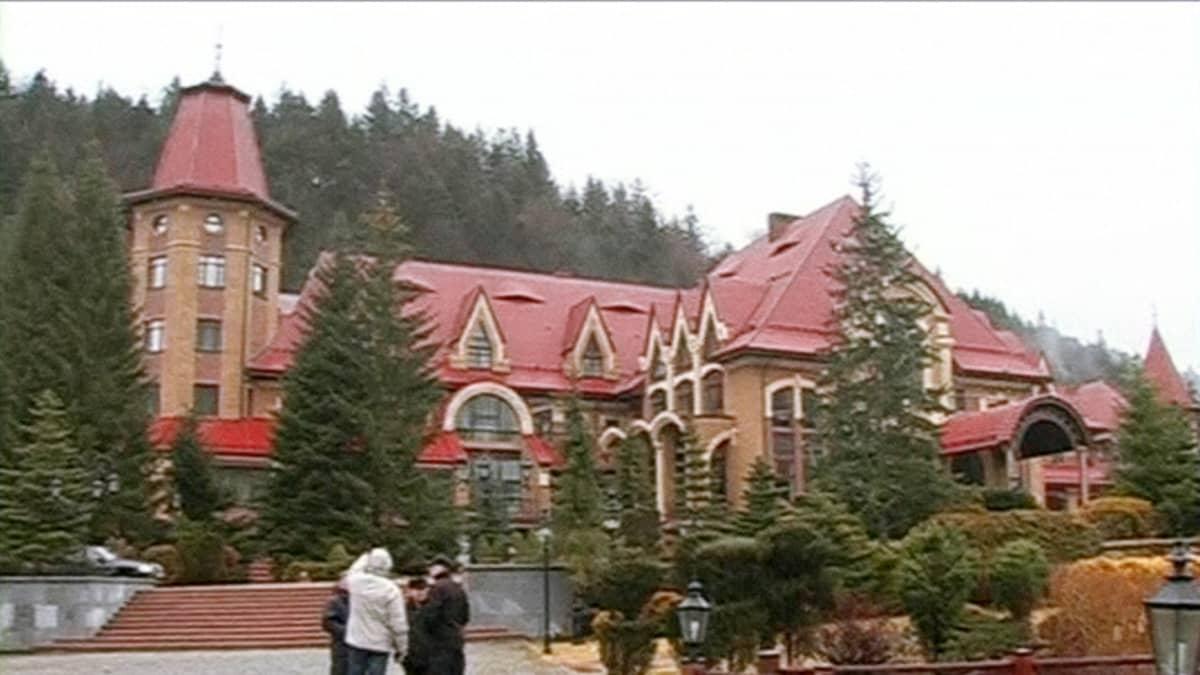 Ukrainan syrjäytetyn preidentin Viktor Janukovitšin talvipalatsi Karpaattien vuoristossa.