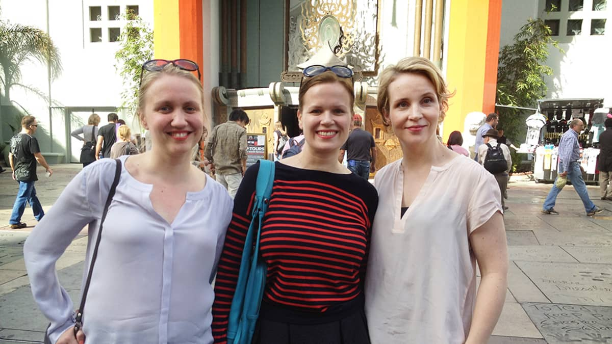 Elli Toivoniemi (vas.), Selma Vilhunen ja Kirsikka Saari Oscar-gaalan alla Hollywoodissa.