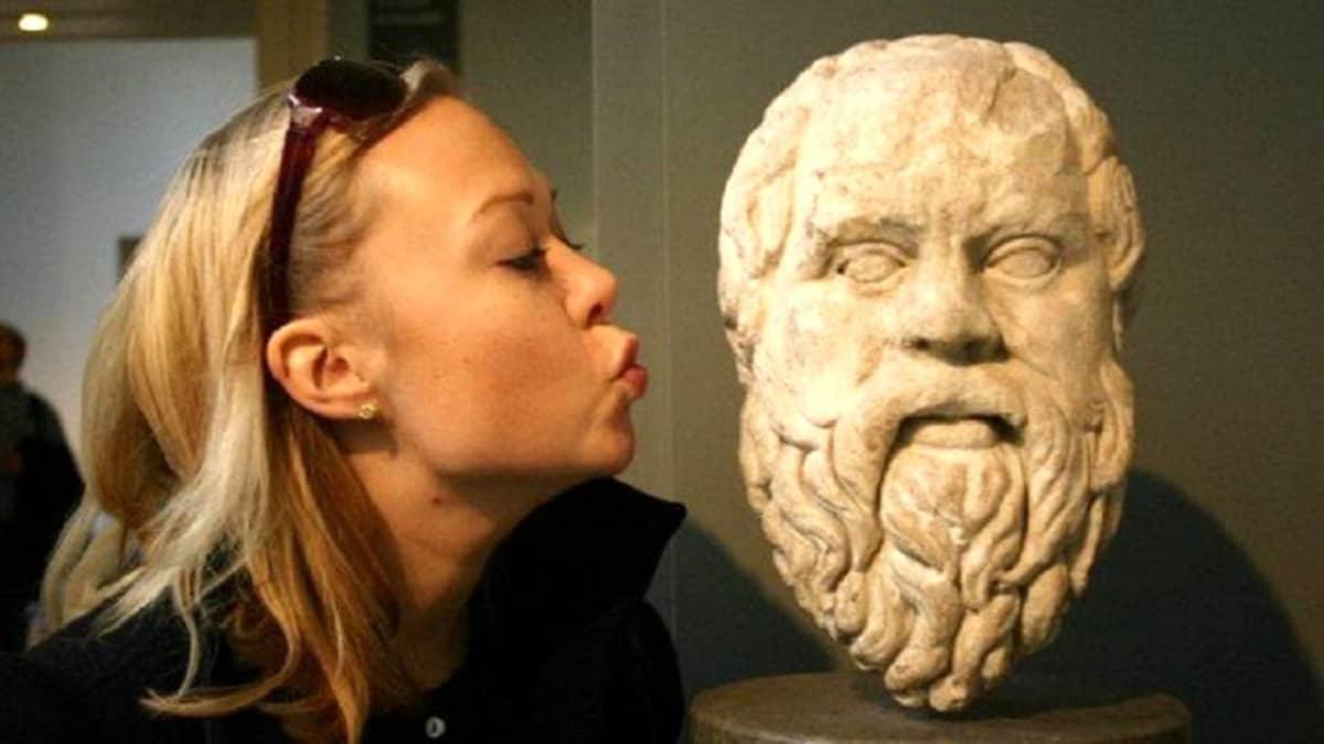 Vilma Luoma-aho Sokrates-patsaan vieressä.