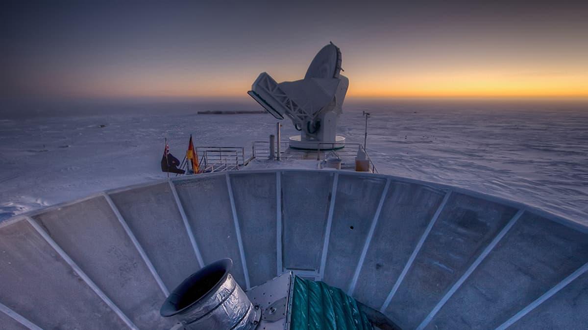 Kuva Etelänavalla sijaitsevalta tutkimusasemalta maaliskuulta 2007. Etualalla on Bicep 2 -teleskooppi. Taustalla kauempana on Etelänapa-teleskooppi.