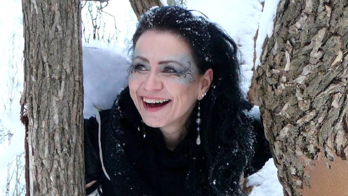 Johanna Mykkänen puiden välissä.
