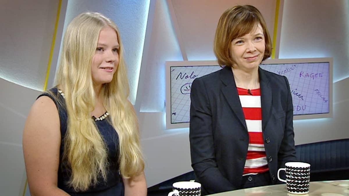 Ysiluokkalainen Eva Reimann Tehtaanpuiston yläasteen koulusta (vas.) ja Helsingin yliopiston lehtori Terhi Ainala (oik.) keskustelevat, kuinka nuoriso 2010-luvulla puhuu.