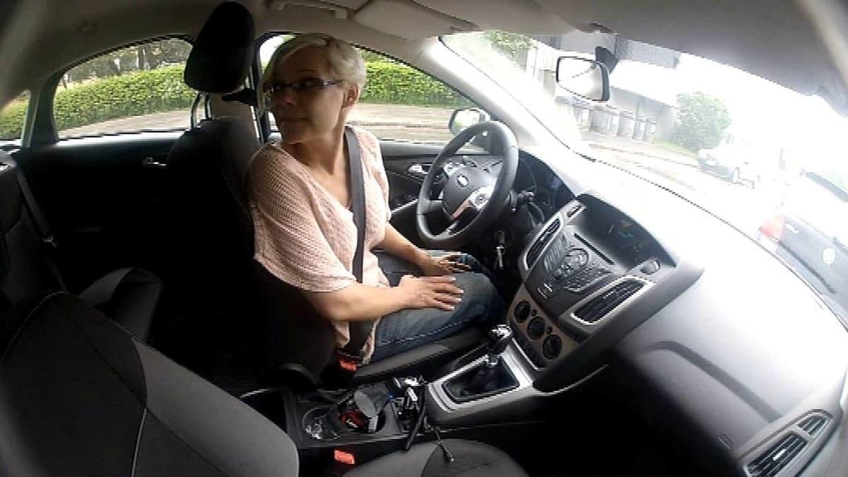 Titta Puurunen autossa.