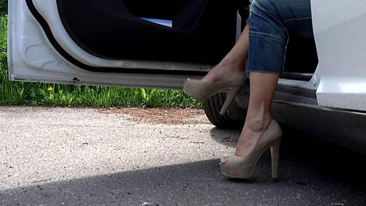 Naisella korkokengät jalassa.