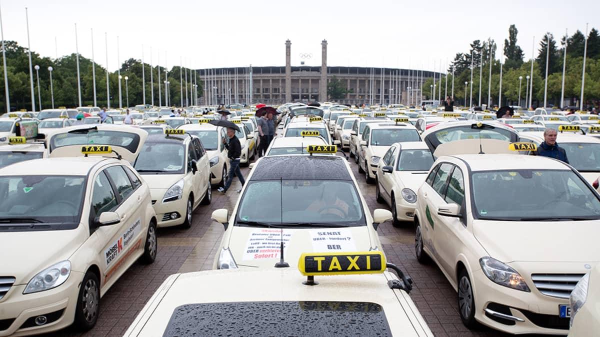 Taksit muodostivat liikenneruuhkan Saksan Berliinissä 11. toukokuuta. Taksikuljettajat protestoivat taksikyytejä välittävää Uberiä vastaan.