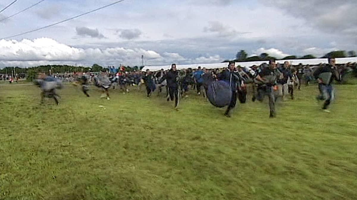 Roskilden festivaalin ensimmäiset vieraat juoksevat leirintäalueelle.