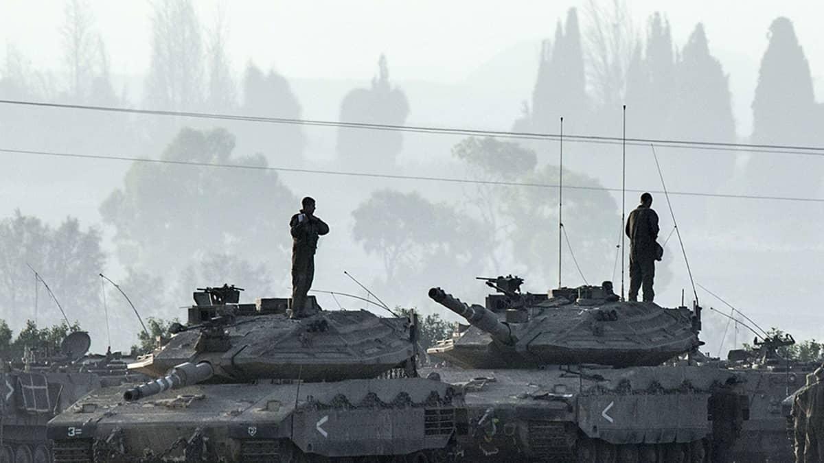 Israelilaissotilaita panssarivaunuissaan Gazan ja Israelin raja-alueella 8. heinäkuuta 2014.