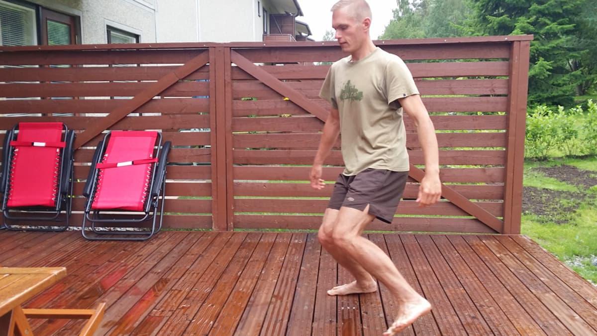 Mies kävelee hassusti.