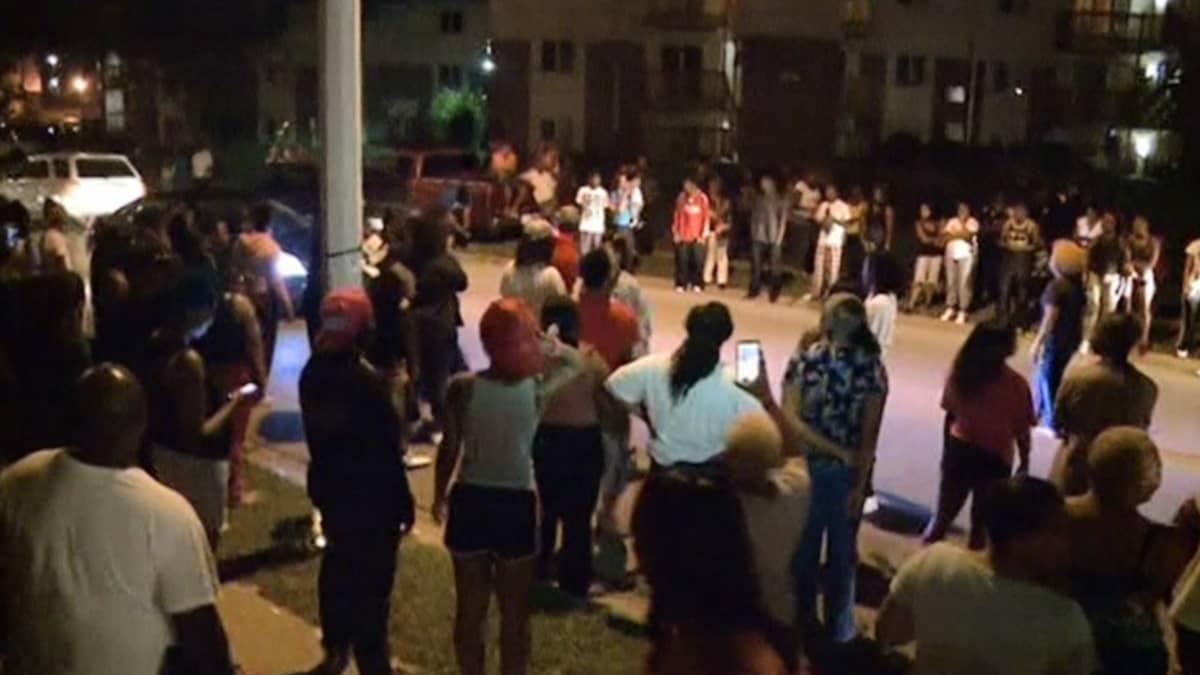 Teinipojan ampumistapauksesta tyrmistyneet ihmiset kokoontuivat osoittamaan mieltään Fergusonissa.